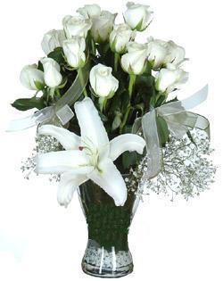 cam içerisinde 11 beyaz gül ve 1 kazablanka  Karşıyaka çiçekçi mağazası