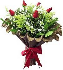 Karşıyaka çiçek siparişi vermek  5 adet kirmizi gül buketi demeti