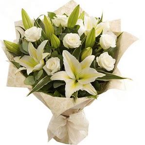Karşıyaka 14 şubat sevgililer günü çiçek  3 dal kazablanka ve 7 adet beyaz gül buketi