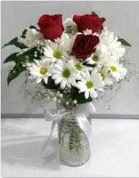 cam vazoda 3 adet kırmızı gül ve papatyalar  Karşıyaka çiçek siparişi sitesi