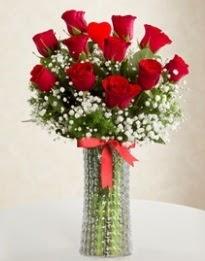 11 Adet kırmızı gül 1 adet kalp çubuk vazoda  Karşıyaka hediye çiçek yolla