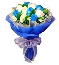 5 mavi gül 6 beyaz gülden buket  Karşıyaka 14 şubat sevgililer günü çiçek