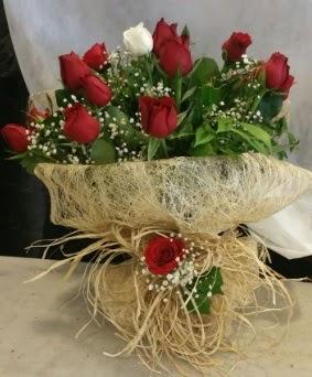 Kız isteme çiçeği 20 kırmızı 1 beyaz  Karşıyaka çiçekçi mağazası