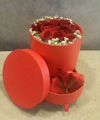 Çekmeceli kutu içerisinde çikolata ve güller  Karşıyaka çiçekçi telefonları