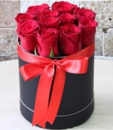 Kutu içerisinde 9 adet kırmızı gül  Karşıyaka internetten çiçek satışı