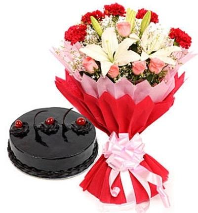 Karışık mevsim buketi ve 4 kişilik yaş pasta  Karşıyaka hediye çiçek yolla