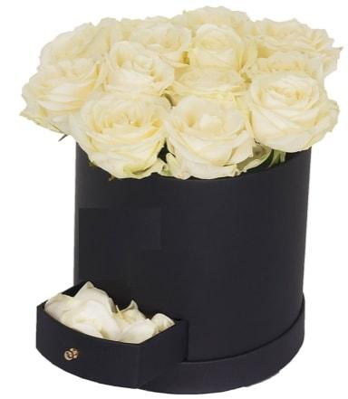 Kutu içerisinde 18 adet beyaz gül  Karşıyaka İnternetten çiçek siparişi