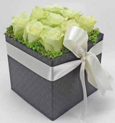9 adet beyaz gülden özel kutu çiçeği  Karşıyaka çiçekçi mağazası